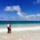Zac Efron posando junto a su novia, Sami MIró en Hawái