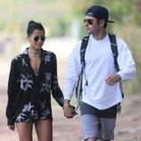 Zac Efron paseando de la mano junto a su novia Sami Miró en Hawái