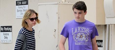 Calista Flockhart llevándose a su hijo Liam en Santa Mónica