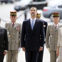 Los Reyes Felipe y Letizia con François Hollande a su llegada a París para su Viaje de Estado a Francia