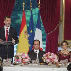 El Rey Felipe da un discurso ante François Hollande y la Reina Letizia en la cena de gala en El Elíseo