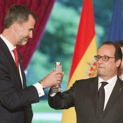 El Rey Felipe brinda con François Hollande en la cena de gala celebrada en su honor en El Elíseo