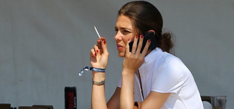 Carlota Casiraghi fumando en un concurso de saltos de Saint-Tropez