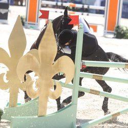 Carlota Casiraghi cayéndose de su caballo en un concurso de saltos en Saint-Tropez