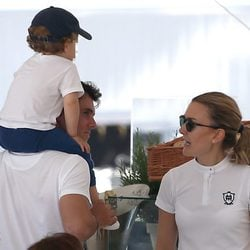 Marta Ortega y Sergio Álvarez con su hijo Amancio en el Athina Onassis Horse Show 2015