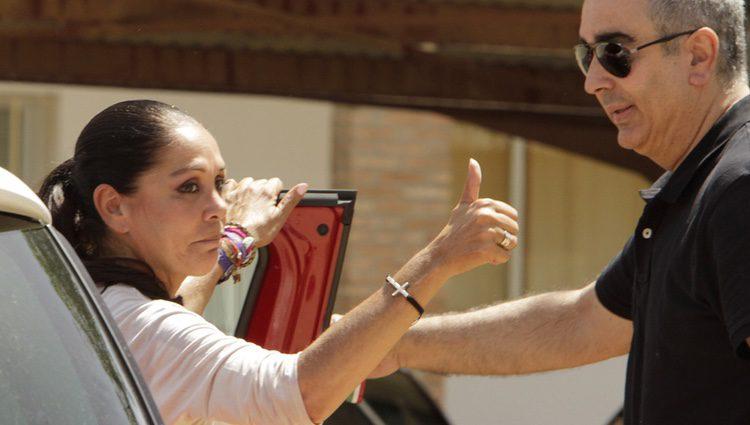 Isabel Pantoja haciendo un gesto de que todo está bien a su vuelta a la cárcel