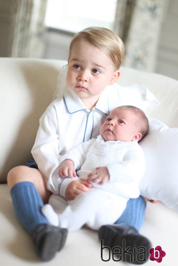 Primera imagen oficial de la Princesa Carlota con el Príncipe Jorge de Cambridge