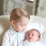 El Príncipe Jorge mira con ternura a la Princesa Carlota de Cambridge