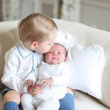 El Príncipe Jorge besa a la Princesa Carlota de Cambridge en sus primeras fotos oficiales juntos