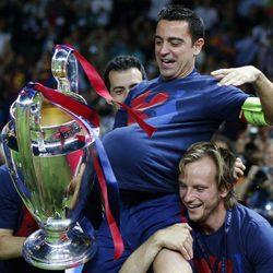 Xavi Hernández celebra la Champions 2015 con un balón bajo la camiseta por el embarazo de Nuria Cunillera