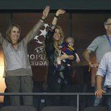 Shakira, su hijo Sasha y los padres de Gerard Piqué celebran la Champions del Barça