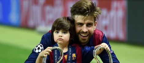 Gerard PIqué celebra con su hijo Milan la quinta Champions del Barça