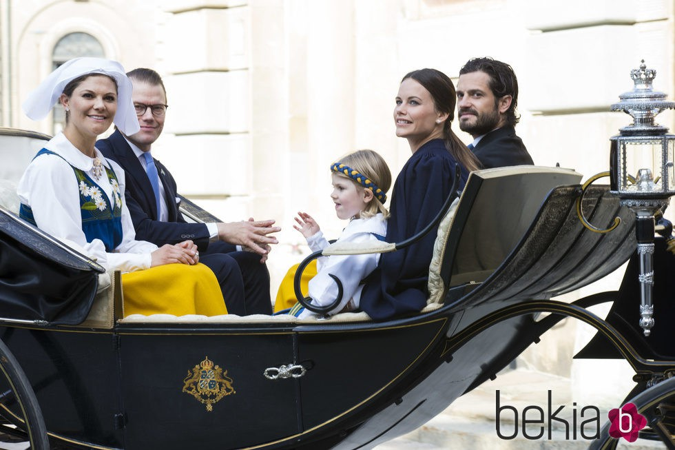 Victoria y Daniel de Suecia, la Princesa Estela, Carlos Felipe de Suecia y Sofia Hellqvist en el Día Nacional de Suecia 2015