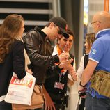 Gad Elmaleh firmando autógrafos con Carlota Casiraghi en el aeropuerto de París