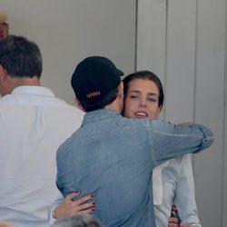 Gad Elmaleh abrazando a Carlota Casiraghi en el concurso hípico de Sain Tropez 2015