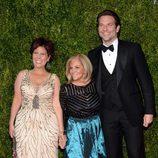 Bradley Cooper con su madre Gloria y su hermana Holly en la entrega de los Tony Awards 2015