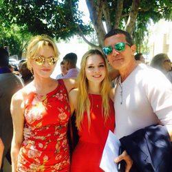 Stella del Carmen en su graduación con sus padres Antonio Banderas y Melanie Griffith