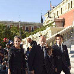Kubrat de Bulgaria y Carla Royo-Villanova con sus hijos en el funeral de Kardam de Bulgaria