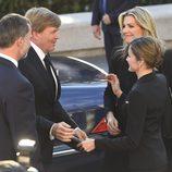 Los Reyes de España saludan a los Reyes de Holanda en el funeral de Kardam de Bulgaria