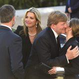 El Rey Felipe besa a Máxima de Holanda y la Reina Letizia besa al Rey de Holanda en el funeral de Kardam de Bulgaria