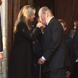 El Rey Juan Carlos besa la mano de Máxima de Holanda en el funeral de Kardam de Bulgaria