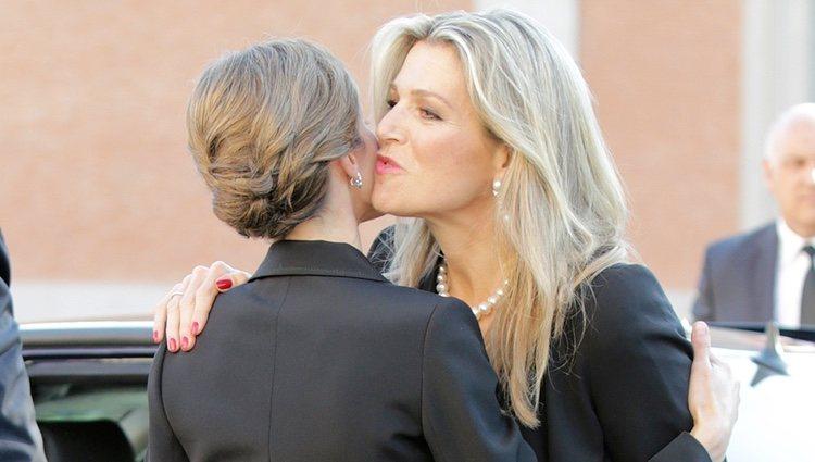 La Reina Letizia y Máxima de Holanda dándose un beso en el funeral de Kardam de Bulgaria