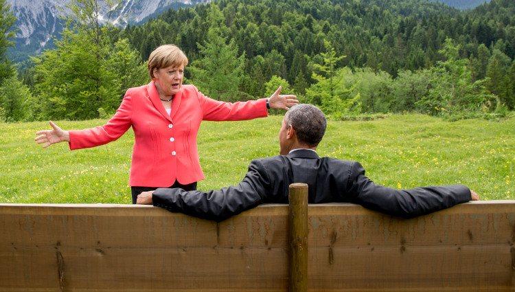 Angela Merkel hace un gesto con los brazos a Barack Obama