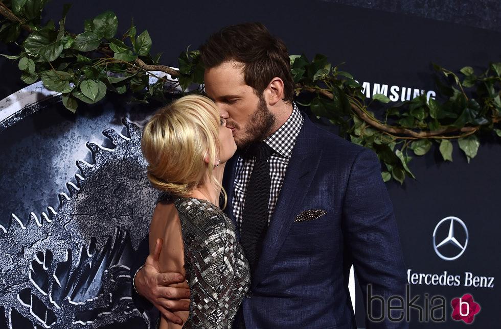 Anna Faris y Chris Pratt besándose en el estreno de 'Jurassic World' en Los Angeles
