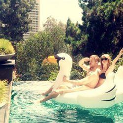 Taylor Swift y Calvin Harris se divierten en la piscina