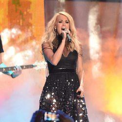 Carrie Underwood durante su actuación en los CMT Music Awards 2015