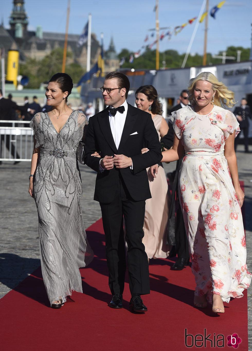 Victoria y Daniel de Suecia con Mette-Marit de Noruega en la cena de gala previa a la boda de Carlos Felipe de Suecia y Sofia Hellqvist