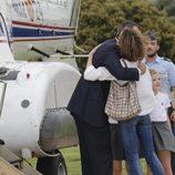 Los Reyes Felipe y Leticia se abrazan en el helipuerto de la Zarzuela