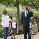 Los Reyes Felipe y Leticia charlan con sus hijas en los jardines de la Zarzuela