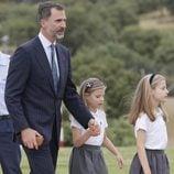 El Rey Felipe VI, la Infanta Sofía y la Princesa Leonor en el helipuerto de la Zarzuela