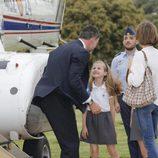 La Princesa Leonor recibe con alegría Rey Felipe VI en el helipuerto de la Zarzuela