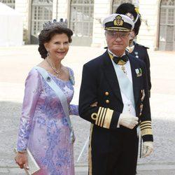 Carlos Gustavo y Silvia de Suecia en la boda de Carlos Felipe de Suecia y Sofia Hellqvist