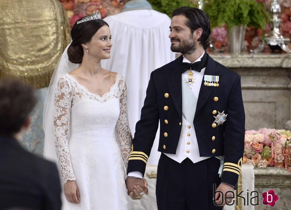 Carlos Felipe de Suecia y Sofia Hellqvist se dedican una tierna mirada en su boda