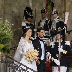 Carlos Felipe de Suecia y Sofia Hellqvist salen de la Capilla del Palacio Real tras casarse