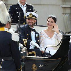 Carlos Felipe de Suecia y Sofia Hellqvist pasean en coche de caballos tras su boda