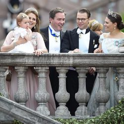 Victoria y Daniel de Suecia con las Princesas Magdalena y Leonor y Chris O'Neill en la boda de Carlos Felipe de Suecia y Sofia Hellqvist