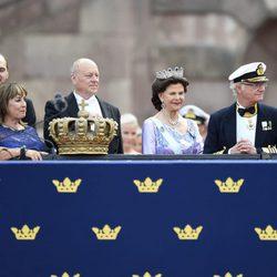 Los Reyes de Suecia con Erik y Marie Hellqvist en la boda de Carlos Felipe de Suecia y Sofia Hellqvist