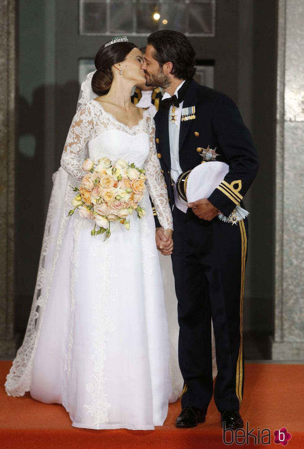 Carlos Felipe de Suecia y Sofia Hellqvist se besan tras su boda