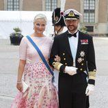 Haakon y Mette-Marit de Noruega en la boda de Carlos Felipe de Suecia y Sofia Hellqvist