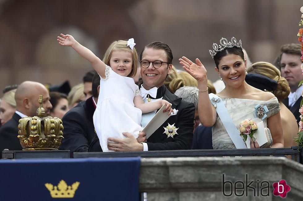 Victoria y Daniel de Suecia y la Princesa Estela en la boda de Carlos Felipe de Suecia y Sofia Hellqvist