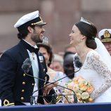 Carlos Felipe de Suecia y Sofia Hellvist, ríen divertidos en su boda