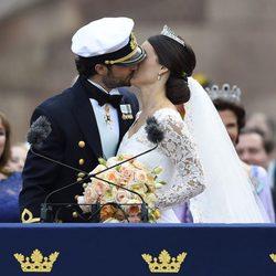 El beso de Carlos Felipe de Suecia y Sofia Hellqvist en su boda