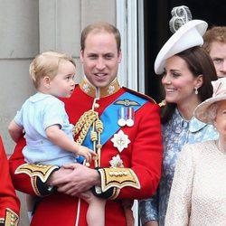 Los Duques de Cambridge con su hijo Jorge de Cambridge en el Trooping the Colour 2015