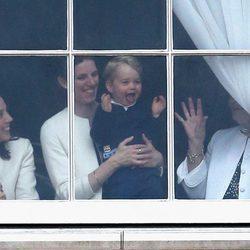 El Príncipe Jorge sigue desde Buckingham Palace el desfile del Trooping the Colour 2015