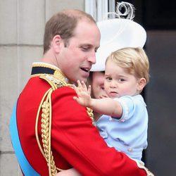 El Príncipe Jorge saludando en brazos de Guillermo de Inglaterra en el Trooping the Colour 2015