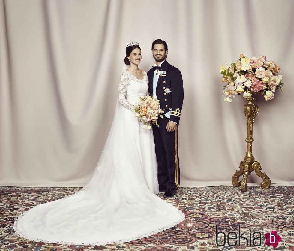 Los Príncipes Carlos Felipe y Sofia de Suecia en la fotografía oficial de su boda